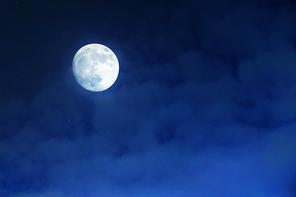 풍경사진 - 구름낀 밤하늘에 보름달