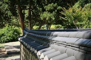 한국 전통 한옥 돌담장과 기와