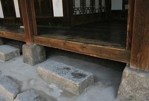 한국 전통 한옥의 대청마루와 디딤돌