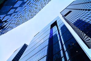 도심속의 빌딩숲과 스카이라인, 서울 도심의 한복판, 초고층 빌딩가의 중심에서 하늘을 올려다보다