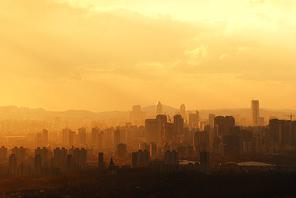 황색톤으로  물든 스모그가 자욱한 거대도시 서울의 황폐하고 우울한 퇴색한 느낌의  이미지