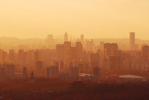 황색톤으로  물든 안개가 자욱한 서울의 우울한 느낌, 도시문명에 찌든 황폐하고 퇴색한 거대도시 이미지