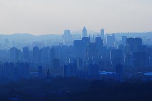 블루빛 색감으로 물든 안개가 자욱한 서울의 우울한 느낌의 오늘 모습, 블루톤의 도시이미지, 우울한 푸른빛 도시이미지