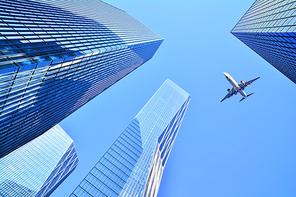 새들처럼 자유롭게 날고싶은 인간의 욕망은 마침내 제트항공기를 타고 시공간을 초월하여 지구촌 곳곳을 일일생활권으로 누비게 되었다, 도심상공을 가로지는 항공기 이미지