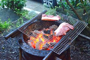 야외 숯 불판 위 굽고 있는 삼겹살 돼지고기