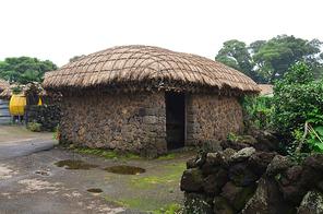 제주도 성읍민속마을의 초가집과 돌담