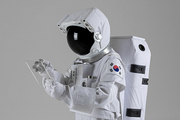 우주 생활 - 가상현실 태블릿을  검색하는 우주인의  옆모습