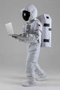 우주 생활 - 노트북을 보며 걸어가는 우주인