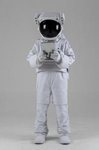 우주 생활 - 태블릿을 보고있는 우주인