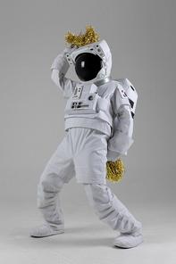 우주 생활 - 응원 폼폼을 들고 준비자세한 우주인