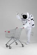 우주 생활 - 쇼핑카드 신나게 끌며 손가락으로 가리키는 우주인 전신