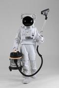 우주 생활 - 청소기 들고 걸어오는 우주인 전신