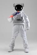 우주 생활 - 장난감 물총을 들고 있는 신나는 우주인 전신