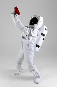 우주 생활 - 머니건을 들고 조준하는 우주인 옆모습 전신