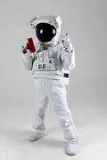 우주 생활 - 머니건을 들고 손가락으로 가리키는 당당한 우주인 옆모습 전신