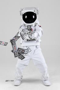 우주 생활 - 가짜 돈이 든 머니건을 쏘고 있는 우주인 전신