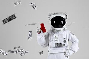 우주 생활 - 가짜 돈이 든 머니건을 쏘고 있는 우주인 상반신