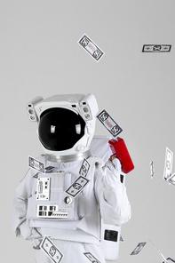 우주 생활 - 가짜 돈이 든 머니건을 쏘고 있는 우주인 옆모습 상반신