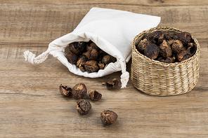 제로웨이스트 - 나무 배경 위 나무 바구니와 흰 천 주머니에 들어있는 소프넛들