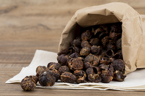 제로웨이스트 - 나무 배경, 린넨 위 종이 백에 들어있는 소프넛들 클로즈업
