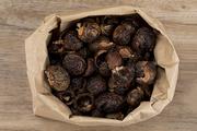 제로웨이스트 - 나무 배경, 린넨 위 종이 백에 들어있는 소프넛들 윗면