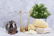 제로웨이스트 - 화분과 유리 병에 든 소프넛들, 대나무 칫솔 꽂이에 꽂혀진 대나무 칫솔, 천연 수세미들