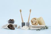제로웨이스트 - 식물과 유리 볼, 린넨 주머니에 든 소프넛들, 석고 칫솔 꽂이에 꽂혀진 대나무 칫솔, 천연 수세미들