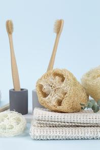 제로웨이스트 -  석고 칫솔 꽂이에 꽂혀진 대나무 칫솔, 천연 수세미들 단면 클로즈업