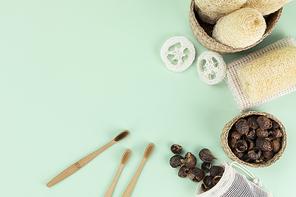 제로웨이스트 - 나무 바구니, 린넨 주머니에 든 소프넛들, 대나무 칫솔, 나무 바구니에 꽂혀있는 천연 수세미들 윗면 프레임