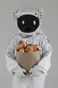 우주 생활 - 식자재 종이봉투 들고있는 우주인 상반신
