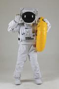 우주 생활 - 노란색 수영 튜브를 들고 외치는 우주인 전신
