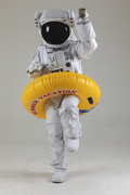우주 생활 - 노란색 수영 튜브를 끼고 장난치는 우주인 전신