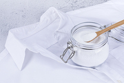 제로웨이스트 - 흰색 와이셔츠와 과탄산 소다가 들어있는 유리병과 나무 숟가락