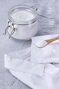 제로웨이스트 - 흰색 와이셔츠와 과탄산 소다가 들어있는 유리병과 나무 숟가락, 클로즈업