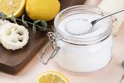 제로웨이스트 - 핑크색 배경  위 레몬과 천연 수세미들 그리고 구연산 가루가 들어있는 유리병과 쇠 숟가락, 클로즈업
