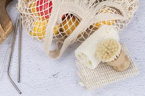 제로웨이스트 - 천연 수세미와 청소 솔 그리고 과일이 들어있는 네트 백과 스텐 빨대들, 클로즈업