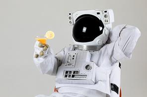 우주 생활 - 칵테일 한잔 들고 휴식을 취하고 있는 여유로운 우주인 상반신