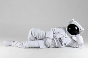 우주 생활 - 옆으로 누워있는 여유로운 우주인 앞모습