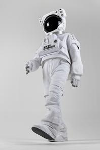 우주생활 - 힘차게 걷는 우주인