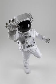 우주생활 - 손을 뻗고 있는 우주인