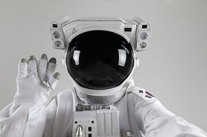 우주생활 - 카메라를 보며 인사하는 우주인