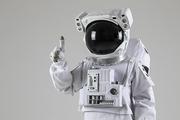 우주생활 - 손가락으로 숫자 1을 세는 우주인