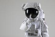 우주생활 - 손가락을 들며 쉿하는 우주인