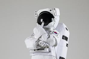 우주생활 - 턱받침을 하며 고민하고 있는 우주인