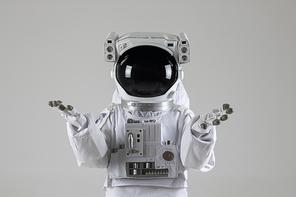 우주생활 - 양 손을 들고있는 우주인
