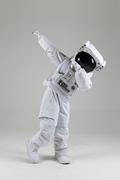 우주생활 - 힙하게 댑 포즈를 하는 우주인