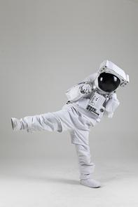 우주 생활 - 쇼핑백 들고 기뻐하는 우주인 상반신
