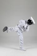 우주생활 - 태권도 발차기를 하는 우주인