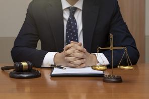 범죄와 법률 - 법률 상담을 하고있는 법조인의 손