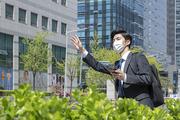 코로나 시대의 신입사원 - 손을 들며 택시를 잡고 있는 마스크 착용한 청년 신입사원